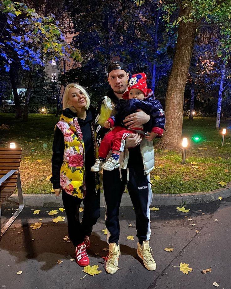 Лера Кудрявцева с дочкой и мужем