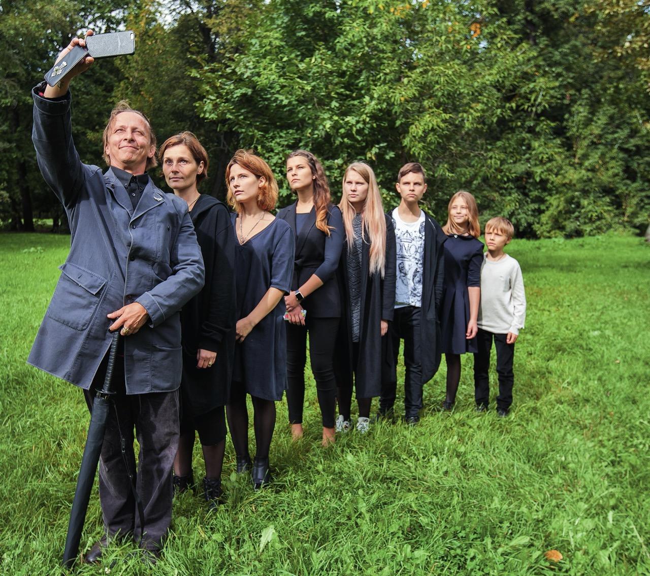 Иван Охлобыстин с женой и детьми