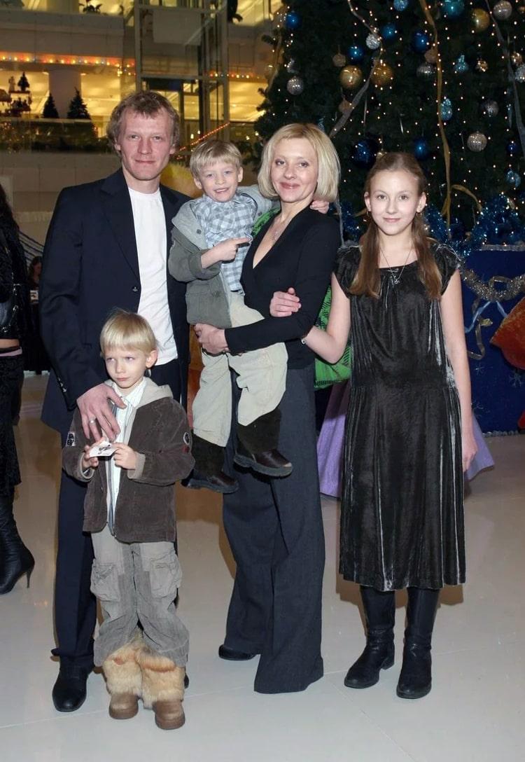 Алексей Серебряков с семьей
